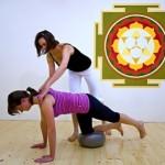 Pilates cvičení: balance při vzporu na míčku