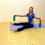 Pilates: Rotace s gumou - posílení zad i paží