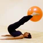 Pilates cvik: Roll over s míčem